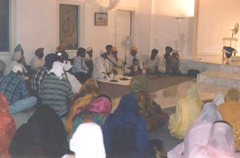 His Divine Eminance Gohar Shahi amongst Sikhs. Gohar Shahi blessing a Sikh audience in a Guru Nanak Gurdwara, Phoenix Arizona, US